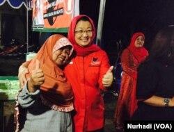 Yuni Satia Rahayu (baju merah), yang percaya pemilih perempuan lebih dapat diandalkan. (Foto:VOA/ Nurhadi)
