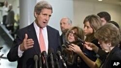 John Kerry, presidente del Comité de Relaciones Exteriores del Senado, habla con la prensa tras la audiencia a puerta cerrada.