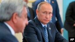 블라디미르 푸틴 러시아 대통령이 14일 아르메니아 수도 예레반에서 열린 집단안보조약기구 회의에 참석했다.