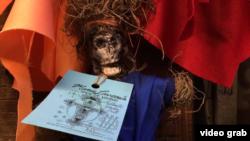 """Vudu lutka u """"Zombi vudu šopu"""" u Nju Orleansu"""