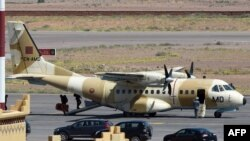 Un avion militaire arrive de la capitale marocaine Rabat à l'aéroport de Ouarzazate le 5 avril 2015.