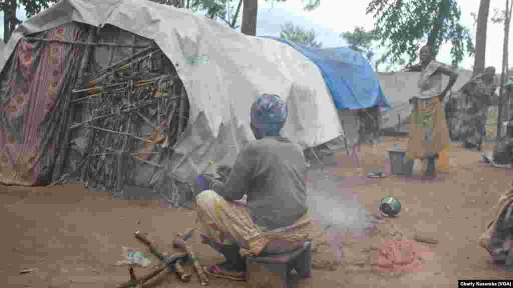Des femmes déplacées dans l'un des camps à Oicha, Nord-Kivu, VOA/Charly Kasereka