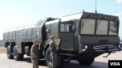 萨德系统为俄罗斯提供借口增加与中国相接壤的远东地区军力。俄罗斯即将在俄中边境地区部署第三只伊斯康德尔导弹部队。2014年莫斯科武器展上的伊斯康德尔导弹系统。(美国之音白桦拍摄)