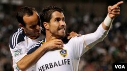 Juan Pablo Ángel (derecha), celebra junto a Landon Donovan, la anotación del colombiano.