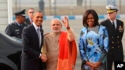 Presiden AS Barack Obama berjabat tangan dengan Perdana Menteri India Narendra Modi, didampingi oleh Ibu Negara Michelle Obama (kanan).