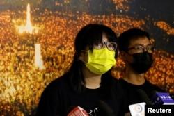 香港支聯會副主席鄒幸彤2021 年9 月5 日出席記者會,背景是支聯會在維多利亞公園組織的紀念六四事件燭光會歷史照片。