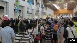 不少中國遊客搶拍馬英九總統(美國之音張永泰)