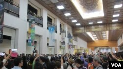 不少中国游客抢拍马英九总统(美国之音张永泰拍摄)