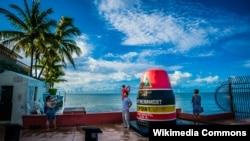 미국 플로리다주 키웨스트의 서던모스트 포인트에서 관광객들이 사진을 찍고 있다.
