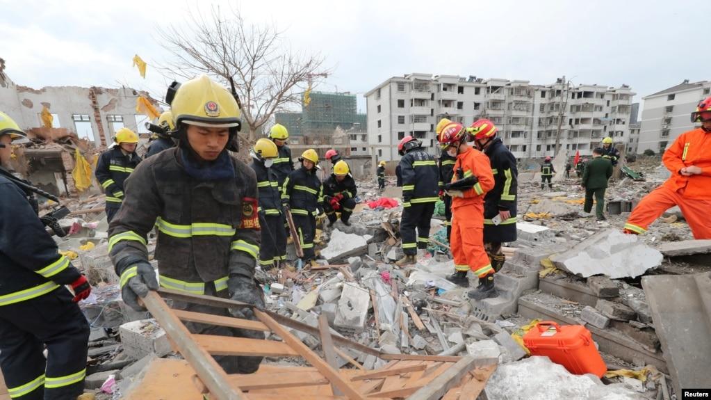 Nhân viên cứu hộ tại hiện trường vụ nổ ở Ninh Ba hôm 26/11.