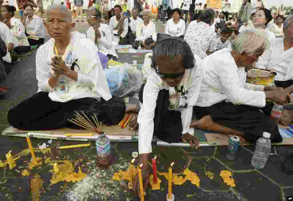 Mourners offer prayers to the late former Cambodian King Norodom Sihanouk in Phnom Penh, January 31, 2013.