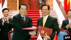 Japanski premijer Naoto Kan i njegov vijetnamski kolega Ngujen Tan Dung, rukuju se nakon potpisivanja zajedničkog saopštenja o vijetnamsko -japanskom strateškom partnerstvu.
