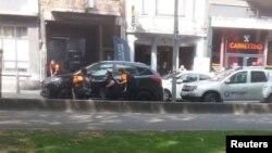 فائرنگ کے فوری بعد جائے واقعہ پر پولیس اہلکار موجود ہیں۔