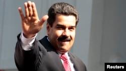 Nicolás Maduro realiza su primera gira internacional como mandatario de Venezuela. Su primera parada es Uruguay.