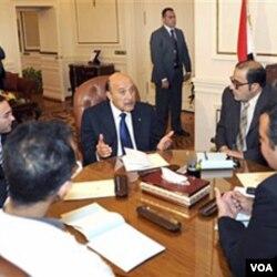 Pembicaraan pemerintahan Mubarak yang diwakili Wapres Omar Suleiman (tengah) dan perwakilan demonstran belum menghasilkan kesepakatan.