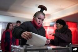 Жінка кидає свій виборчий бюлетень на виборчій дільниці під час сепаратистських виборів у Донецьку, 11 листопада 2018 року
