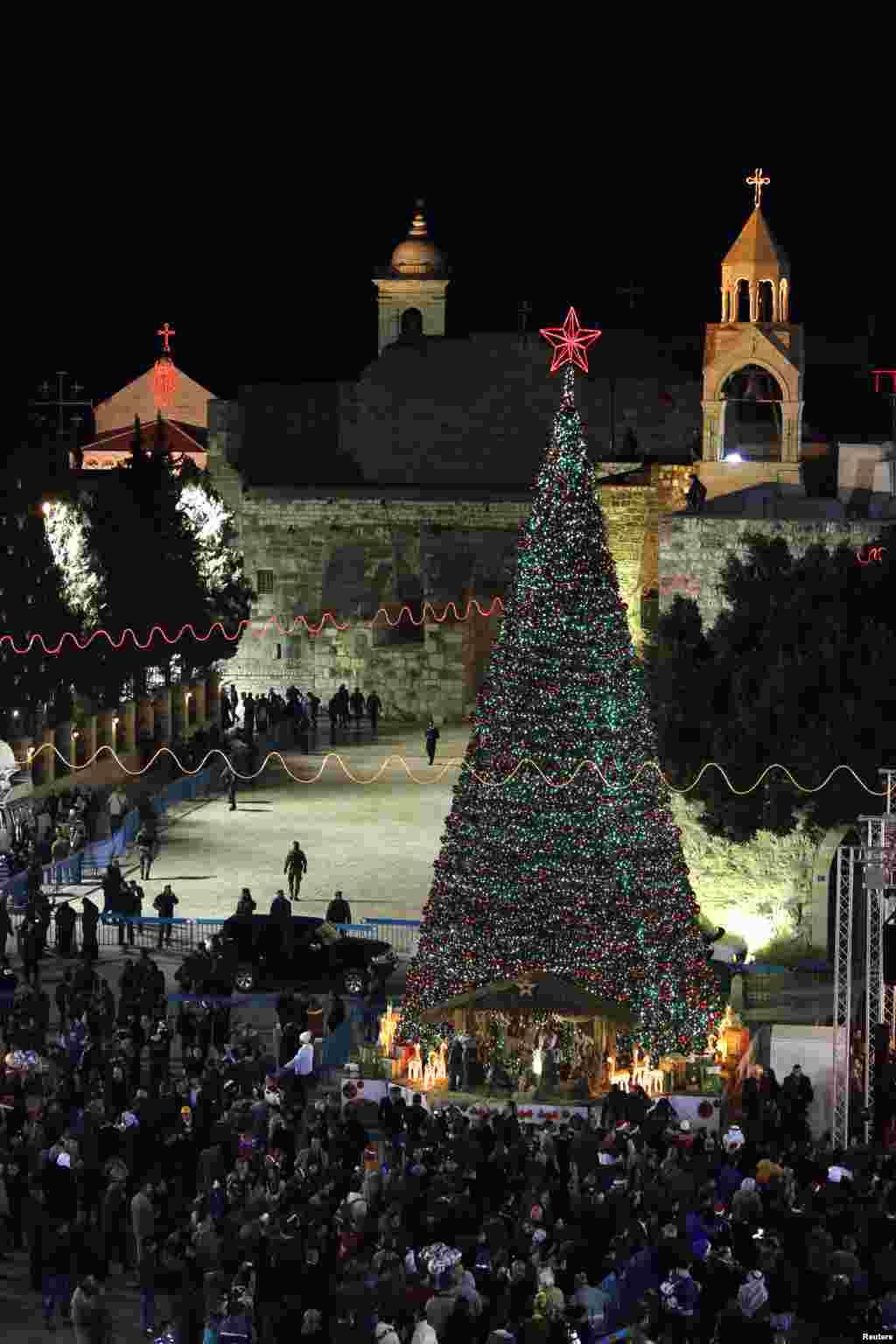 Pemandangan Alun-Alun Manger, di luar Gereja Nativity, yang diyakini sebagai tempat kelahiran Yesus, di kota Bethlehem, Tepi Barat (24/12).