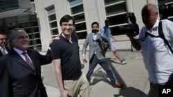 希克瑞里(左二)和他的律師本傑明·布拉夫曼(左一)離開紐約聯邦法院。(2017年8月4日)
