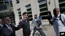 希克瑞里(左二)和他的律师本杰明·布拉夫曼(左一)离开纽约联邦法院。(2017年8月4日)