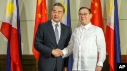 Menlu China Wang Yi (kiri) dan Menlu Filipina Teodoro Locsin Jr. mengunjungi pelabuhan Davao City hari Senin (29/10).