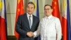 Tân Bộ trưởng Ngoại giao Philippines-Teodoro Locsin (phải) và Bộ trưởng Ngoại giao Trung Quốc Vương Nghị.
