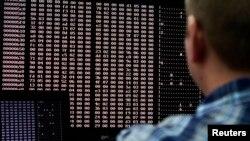 Analis melihat kode-kode di laboratorium keamanan dunia maya di Idaho, AS. (Foto: Dok)