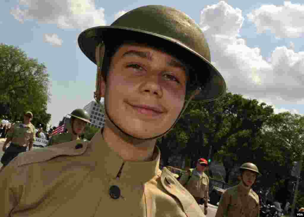 Юноша - участник парада в военной форме 1950-х годов