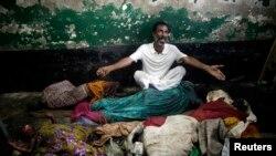 ڈھاکہ میں پاکستانی محصورین کے کیمپ کا رہائشی ایک شخص حملے میں مرنے والے اپنے اہلِ خانہ کی لاشوں پر بین کر رہا ہے