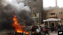 Gari likiwaka moto katika maandamano ya mjini Giza huko Misri Januari 29 2011.