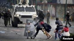 Para pendukunh pro-oposisi Venezuela bentrok dengan polisi anti huru-hara dalam aksi protes menentang Presiden Venezulea Nicolas Maduro di Caracas, Venezuela, 19 April 2017. (REUTERS/Marco Bello).