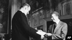 1978 год. Преззидент Франции Валерии Жискар Д`Эстен вручает президену США Джимми Картеру копию Всеобщей декларации прав человека