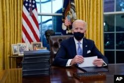 صدر بائیڈن نے اوول آفس میں ذمہ داریاں سنبھالنے کے بعد 17 ایگزیکٹو آرڈرز پر دستخط کیے ہیں۔