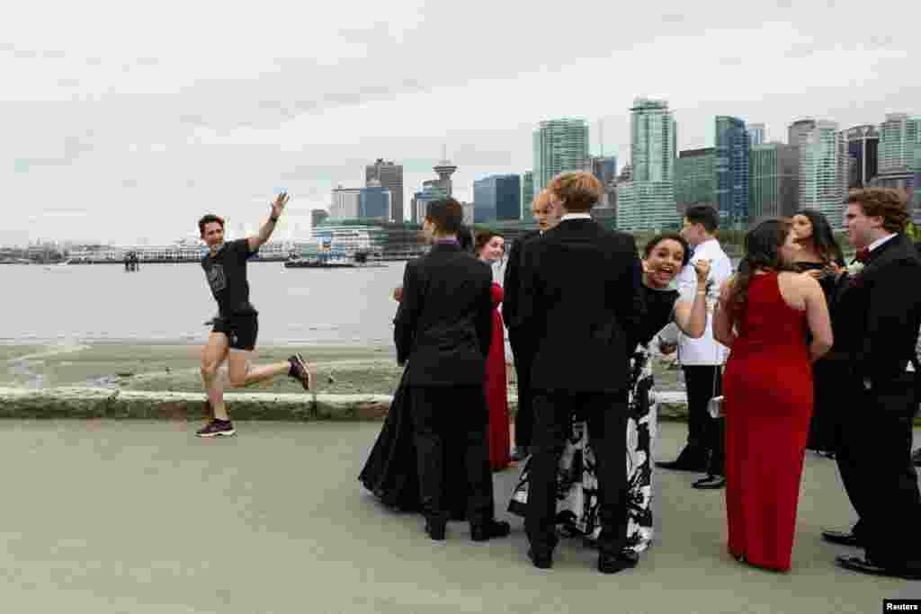 """PM Kanada Justin Trudeau berolahraga lari saat para pelajar SMA bersiap-siap melakukan acara """"prom"""" di kota Vancouver, Kanada."""