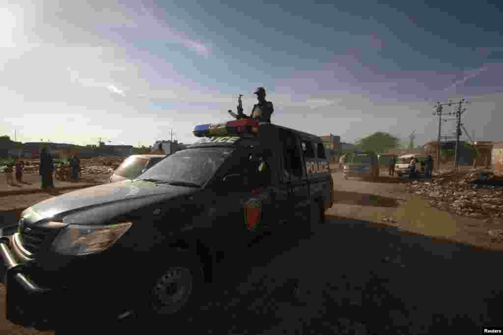 کراچی میں پولیس پولیو رضاکاروں پر حملے کے مشتبہ ملزموں کی گرفتاری کے لیے جگہ جگہ چھاپے مار رہی ہے