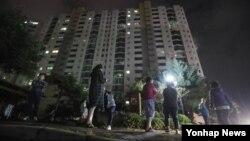 12일 저녁 한국 경주 지역에서 강력한 규모의 지진이 2차례 발생하며 약 50km 떨어진 대구에서도 강한 진동이 느껴졌다. 대구의 한 아파트에서 지진에 놀란 주민들이 밖으로 대피했다.