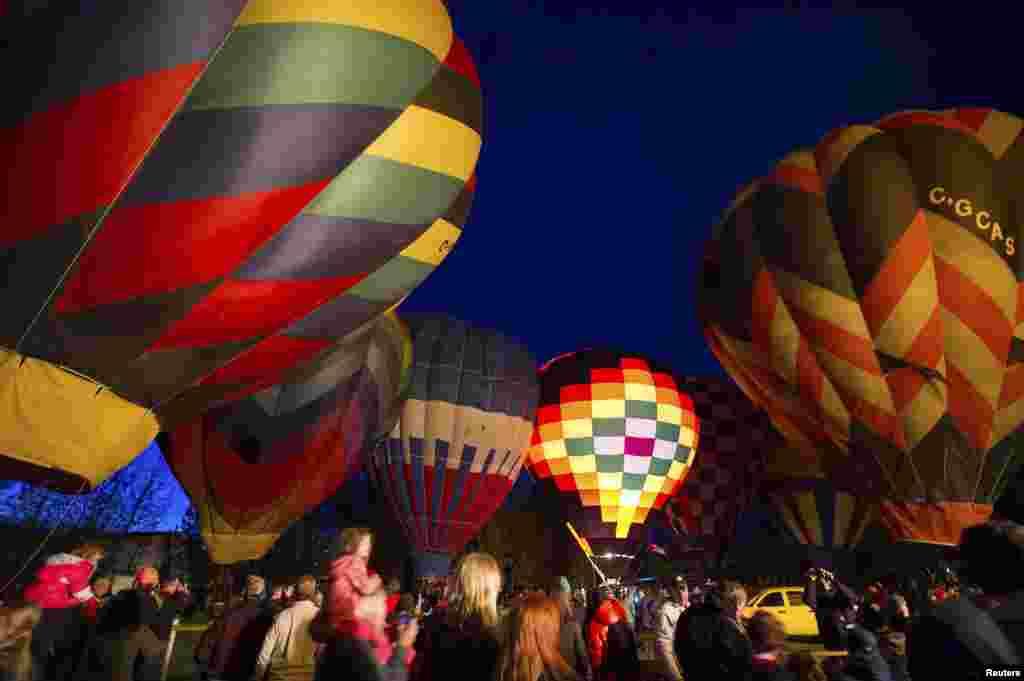 رات کے اندھیرے میں جگماتے غباروں نےشائقین کی دلچسپی کو مزید بڑھا دیا