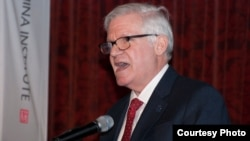 美国商务部国际贸易事务次长吉尔伯特·卡普兰4月13日在纽约讲话