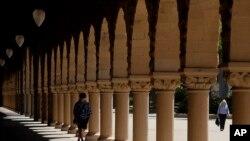 Un estudiante camina por los corredores de la Universidad de Stanford, en California, el 9 de abril de 2019.