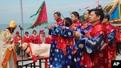 连江县县长杨绥生(右一)和其他要员焚香祭祀