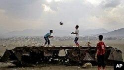 图为阿富汗儿童10月8日在喀布尔一部残存俄罗斯装甲车上玩耍