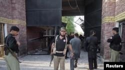 Polisi Pakistan berjaga di depan sebuah pintu gerbang penjara di kota Bannu, Pakistan utara (Foto: dok). Lima pembom bunuh diri dikabarkan menyerang kantor polisi wilayah tersebut, Kamis (14/2).