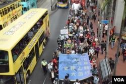 主辦單位估計有4千人參與2016元旦遊行。(美國之音湯惠芸)