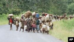 Wakimbizi wa Burundi wakielekea nchi jirani ya Rwanda