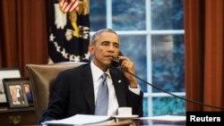 Le président Barack Obama au téléphone avec le roi Abdullah d'Arabie saoudite en septembre 2014 (Archives)
