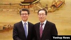 지난 3월 베이징을 방문한 한국의 김홍균 외교부 한반도평화교섭본부장(왼쪽)이 우다웨이 중국 외교부 한반도사무특별대표와 회담에 앞서 기념촬영을 하고 있다. (자료사진)