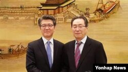 지난달 18일 베이징을 방문한 한국 측 6자회담 수석대표 김홍균 외교부 한반도평화교섭본부장(왼쪽)이 중국측 6자회담 대표인 우다웨이 중국 외교부 한반도사무특별대표와 양자 회동을 가졌다. (자료사진)