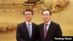 한국 측 6자회담 수석대표 김홍균 외교부 한반도평화교섭본부장(왼쪽)과 중국측 6자회담 대표인 우다웨이 중국 외교부 한반도사무특별대표 (자료사진)