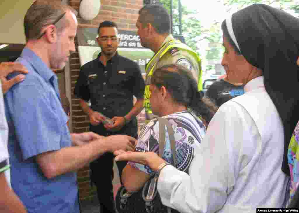 Ante el desabastecimiento que afecta a los venezolanos, todos por igual deben hacer la fila para comprar.