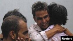 大火中失去家人的親屬感到悲痛
