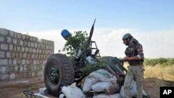 Chiến binh thuộc phe nổi dậy Syria chiến đấu chống lực lượng chính phủ tại Idlib, miền nam Syria, ngày 23/5/2013.